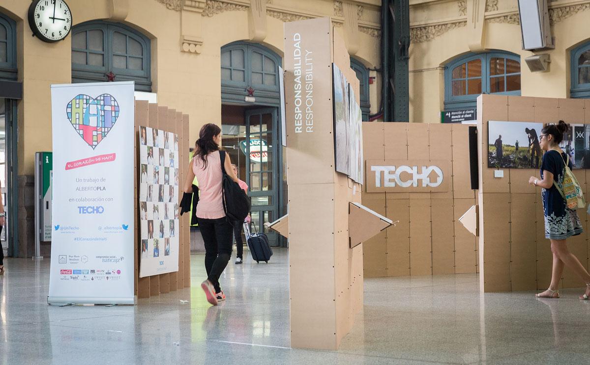 Montaje expositivo de fotografías de Alberto Pla con Triplo* en la Estación del Norte de Valencia