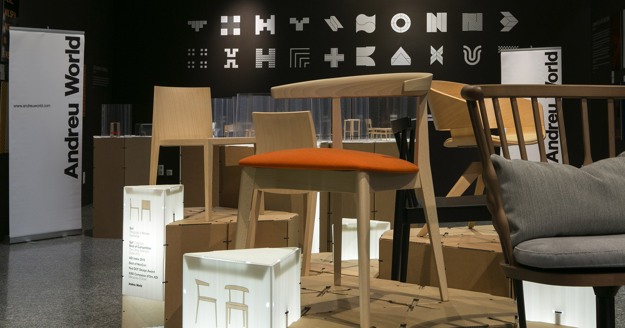 Esposición y entrega de Premios Internacionales de Diseño Andreu World 2014Montaje Expositivo Diseño de Samaruc Estudio con el Sistema Constructivo en Cartón Triplo* samarucestudio.comFoto Adolfo López fandi.es