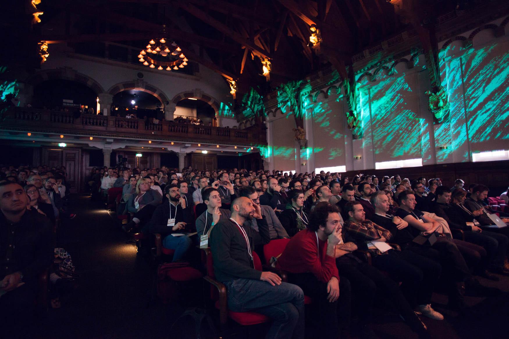 Evento entrega premios Awwwards Amsterdam 2016. Montaje efímero señalización espacios con Triplo* kraft y polipropileno
